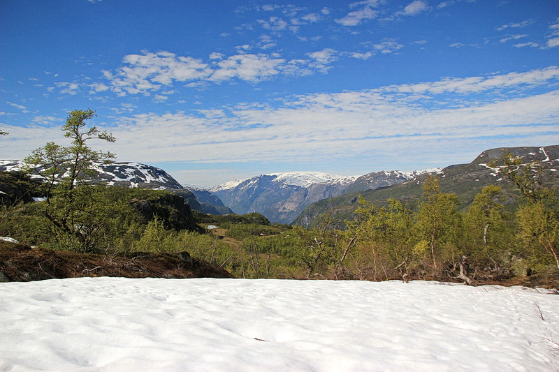 Das Wetter erlaubt herrliche Ausblicke in alle Richtungen - hier zu den Bergen um Eidfjord.
