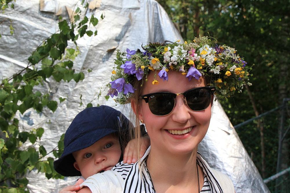 Eine junge Schwedin mit Sohn Douglas.