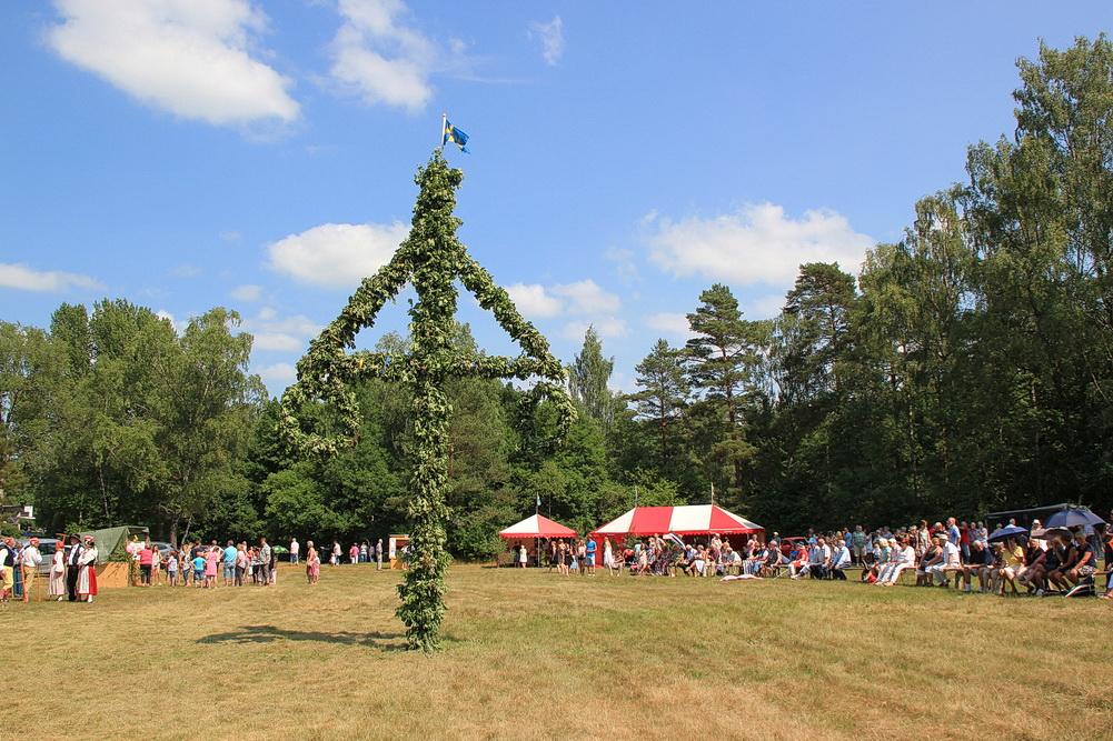 Der Festplatz in Simlångsdalen mit dem Mittsommerbaum.