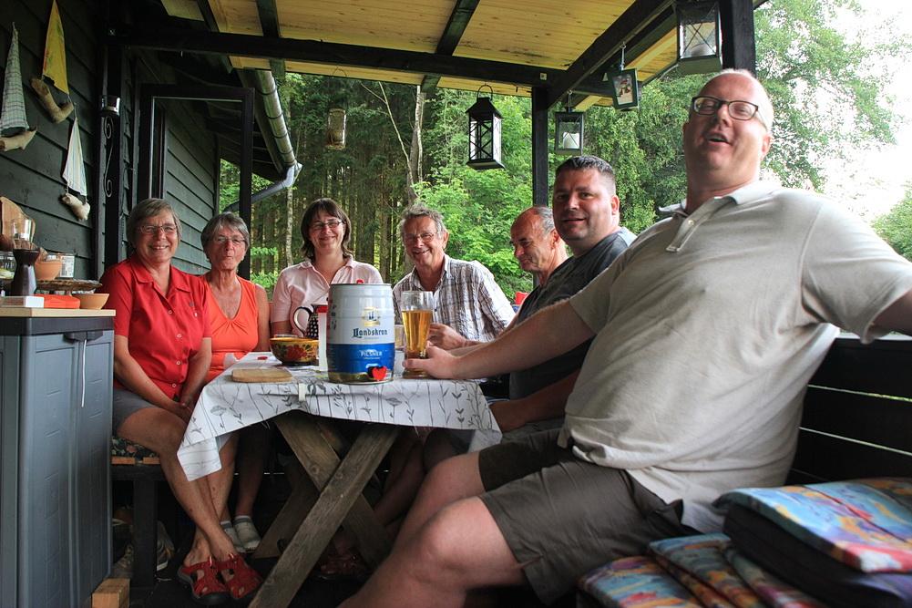 Zum Abschluss des Tages treibt uns ein kräftiges Gewitter auf die Terrasse. Das macht nichts, die Getränke sind tragbar!!