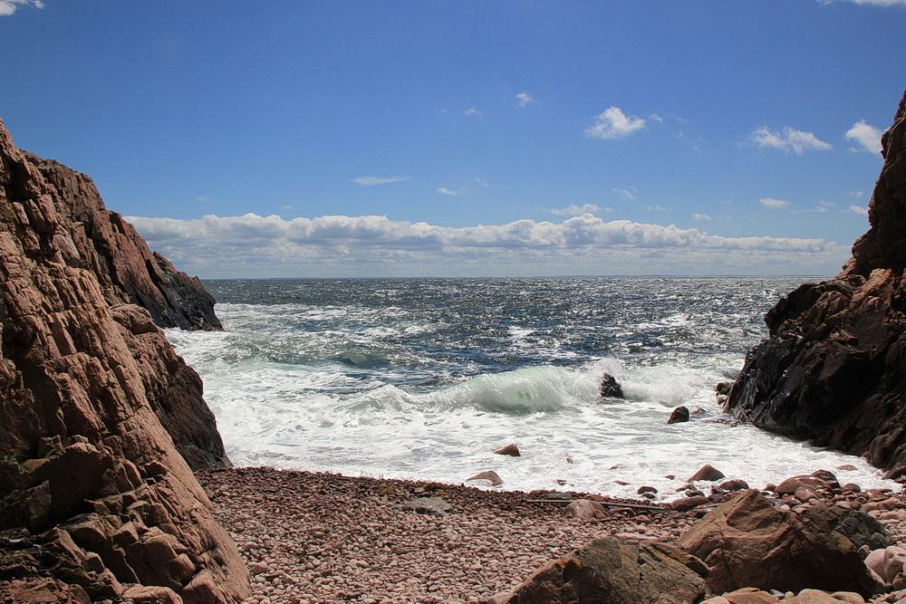 Die felsige Küste lädt weniger zum Baden ein. Dafür brechen sich hier die Wellen ganz toll.