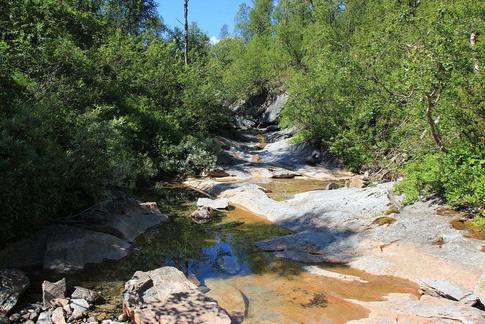 Das Besondere an diesem Naturreservat ist der Fluss, der immer mal wieder in der Erde verschwindet, unterirdisch weiterfließt und irgendwo wieder erscheint. Meist sieht man nur das trockene Flussbett.
