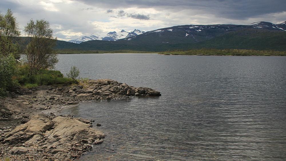 An den spitzeren Bergen erkennen wir, dass wir in Norwegen und in Küstennähe sind.