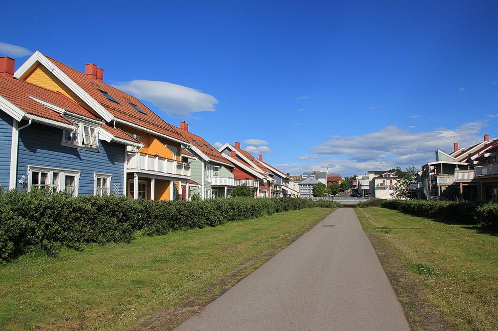 Das Wohnviertel in Fjordnähe ist schön bunt.