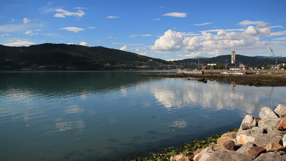 Die Promenade am Ranafjord ist sehr schön und natürlich auch der Blick über den Fjord und zu den Gletschern.