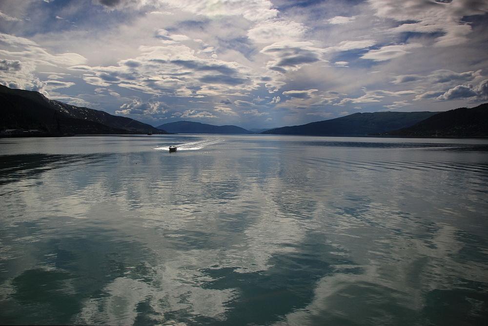 Ein Blick über den Fjord lässt uns ahnen, was auf uns zukommt!