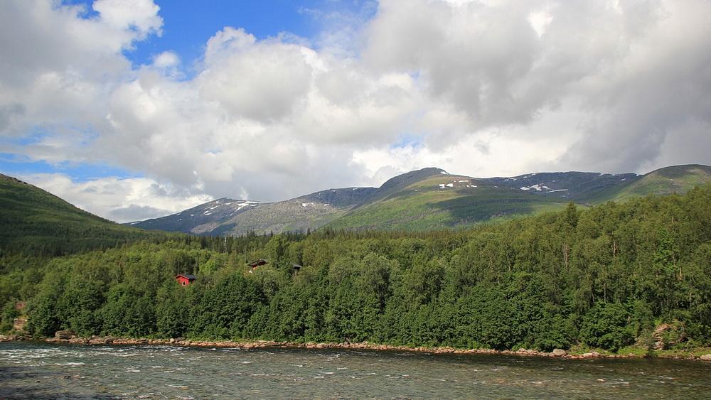 Blick vom Ranaelven in die Berge, in denen irgendwo der Bergbauernhof Bredek liegt.