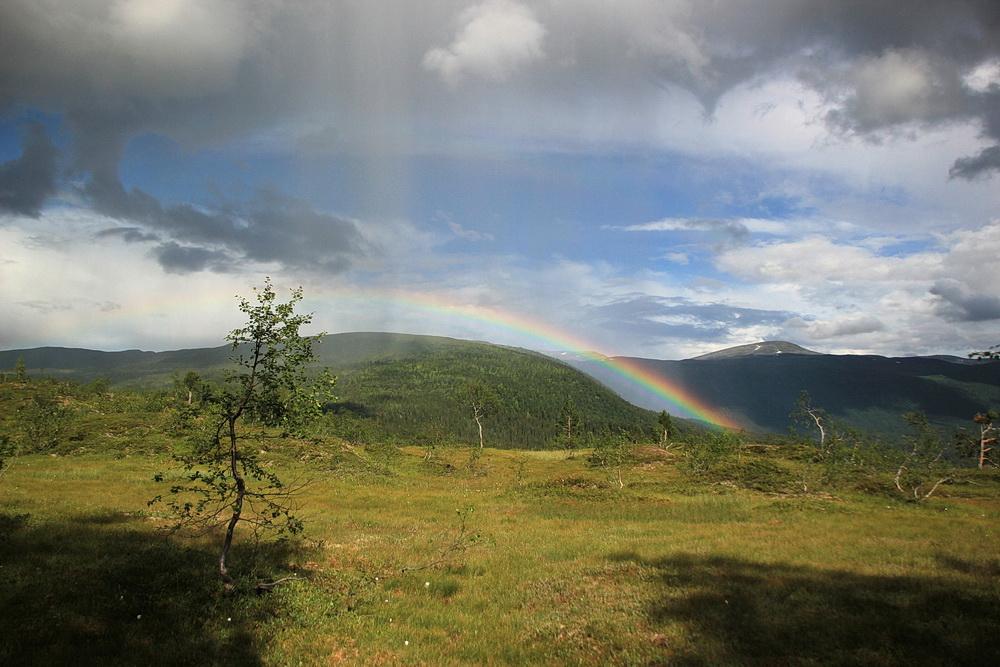 Eine Regenfront kommt über die Berge.
