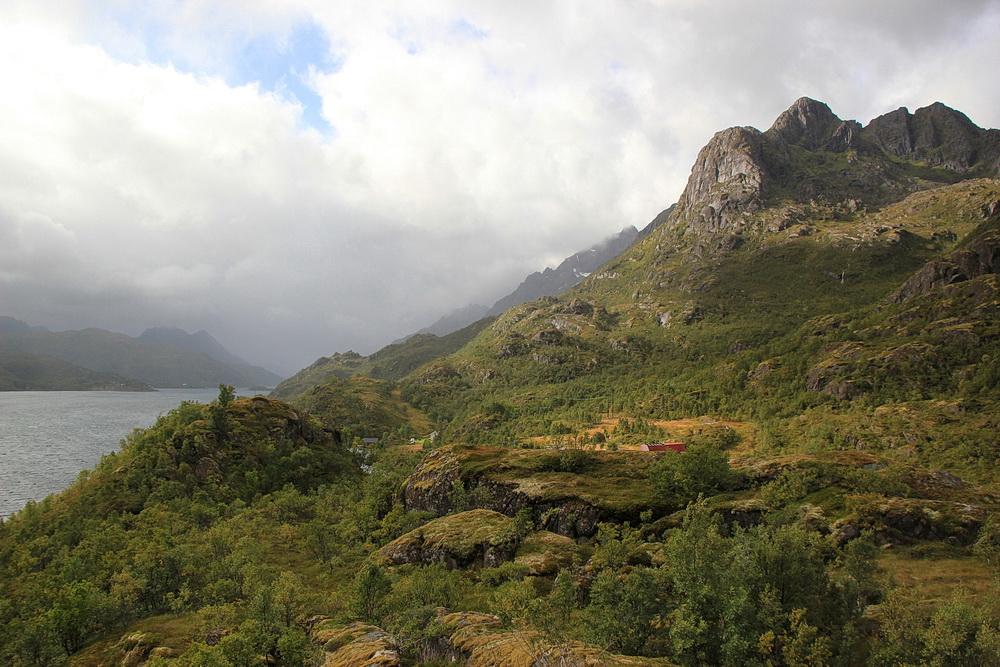 Der Raftsund ist eingebettet in hohe Berge.