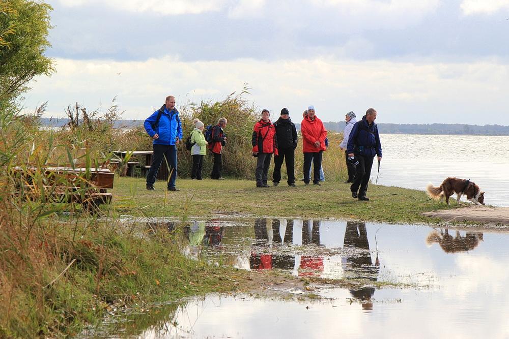 Die Badestelle am Bodden. Viel ist von der Liegewiese nicht zu sehen, auch der Weg steht unter Wasser.