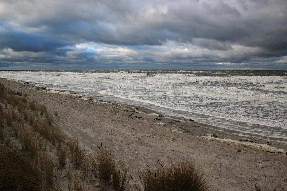 Der Januar beginnt mit einem heftigen Orkantief! Herrliche Wellen, Sturm und ein sehr schmaler Strand am 5. Januar 2017!