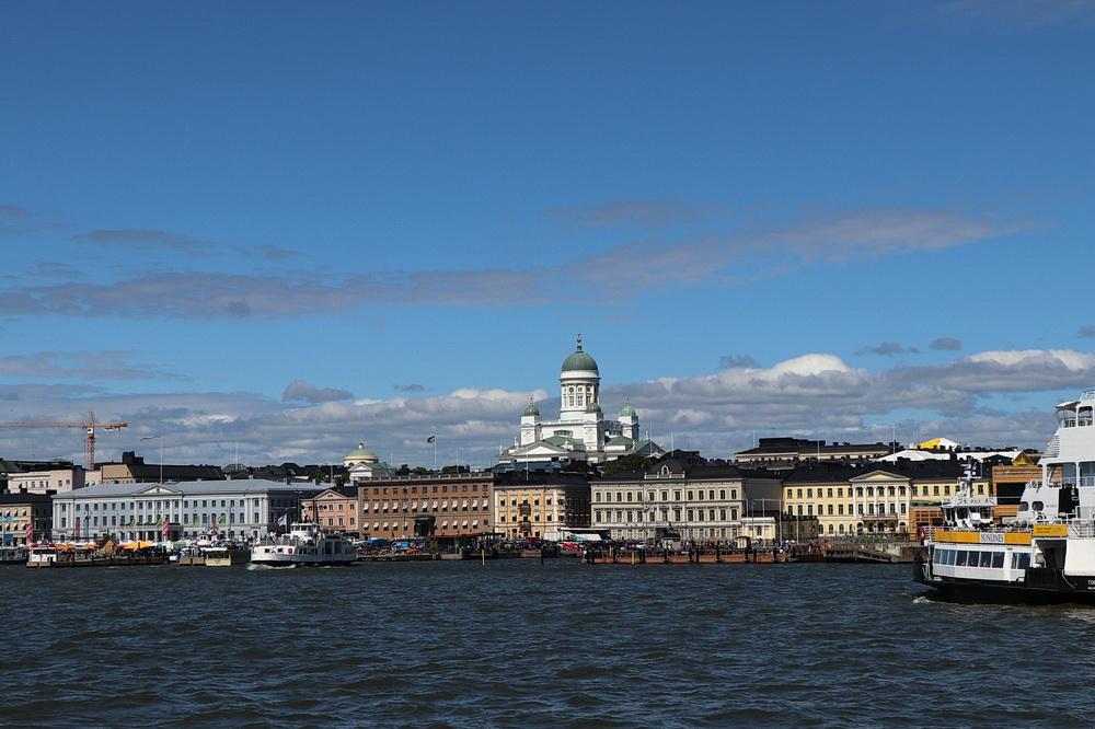 Der Marktplatz liegt direkt am Wasser. Im Hintergrund die Helsinki Kathedrale.