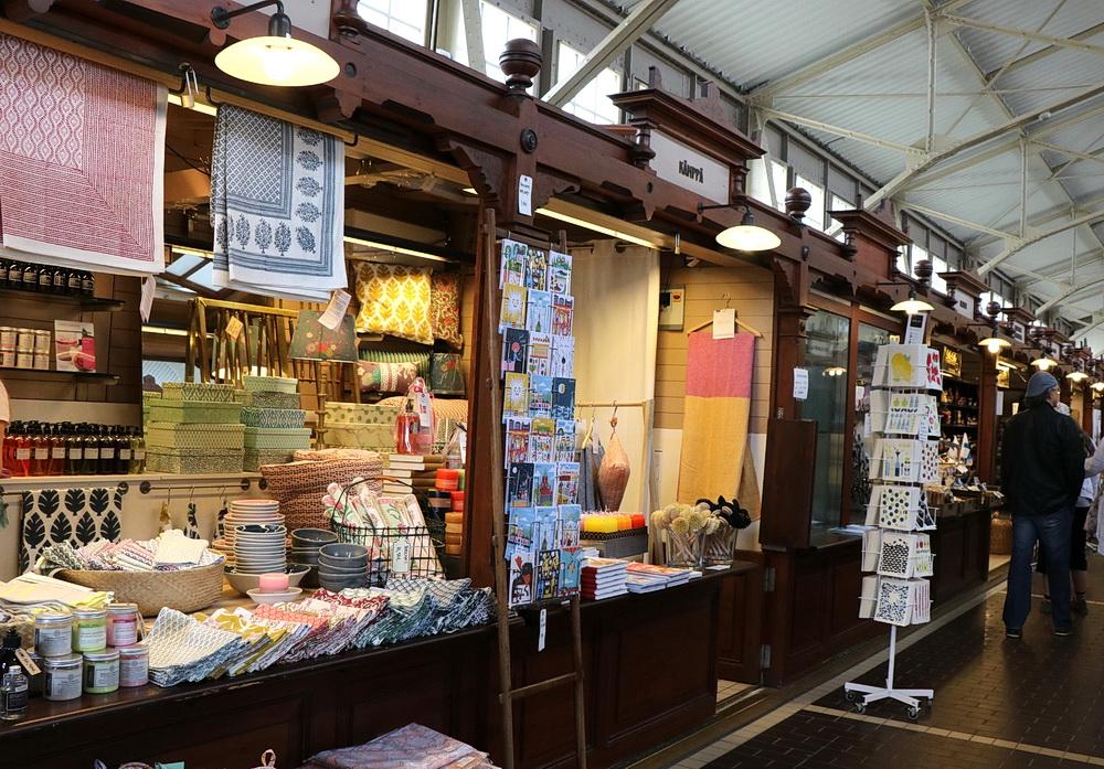 Die Markthalle verführt zum Kaufen und Essen und Trinken.