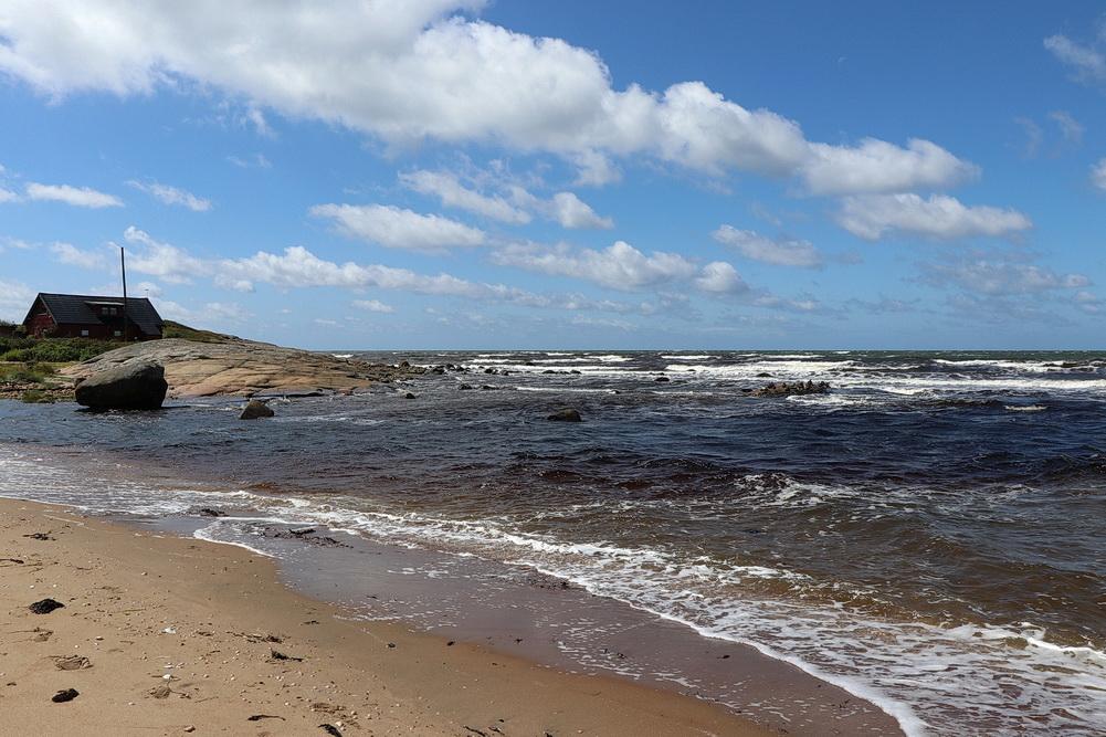 Deutlich sichtbar, das dunkle Wasser des Fylleån an dessen Mündung ins Kattegatt.