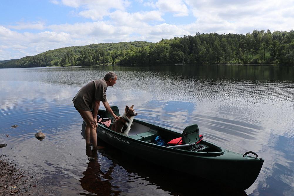 Unsere 1. Paddeltour mit Manne unternehmen wir auf dem Simlången.  Der Anfang klappt prima, Manne springt alleine ins Boot und setzt sich auch hin.